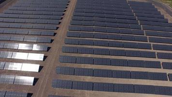 foto aérea de painéis solares video
