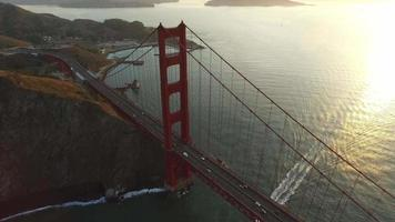 solnedgång antenn skott av Golden Gate Bridge i San Francisco, Kalifornien video