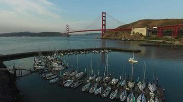 båt marina och Golden Gate Bridge i San Francisco, Kalifornien, flygfoto video