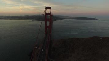 Golden Gate Bridge i skymningen, San Francisco, Kalifornien, flygfoto video