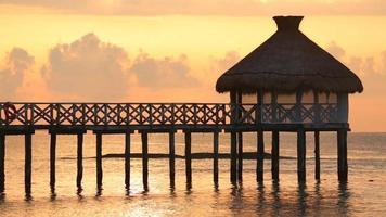quai au-dessus de l'océan au coucher du soleil video