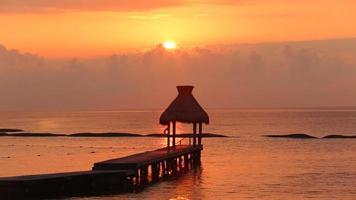 quai pendant le coucher du soleil au tropical resort video