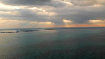 vue aérienne du coucher de soleil sur l'océan à cancun, mexique video