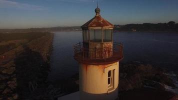 Flygfoto över Coquille River fyr i Bandon, Oregon video