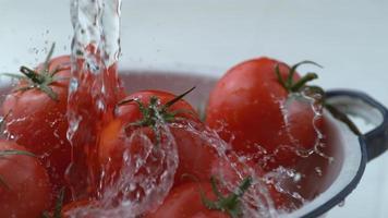 salpicaduras de agua sobre los tomates en cámara lenta, filmada a 1000 fotogramas por segundo en phantom flex 4k video