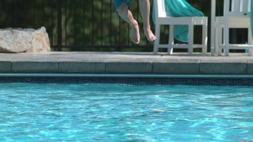 Primer plano de niño chapoteando en la piscina en cámara super lenta video