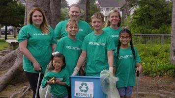 retrato de um grupo de voluntários na limpeza do parque video