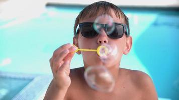 Junge bläst Seifenblasen in Superzeitlupe video