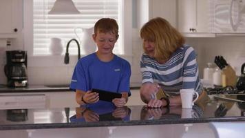 kleinzoon laat grootmoeder zien hoe tablet te gebruiken video