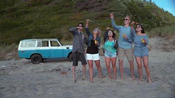 super slow motion skott av en grupp vänner som blåser bubblor på stranden, skott med fantom flex 4k video