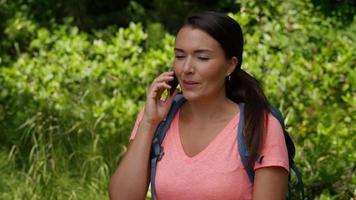 donna che parla al cellulare durante l'escursione video
