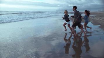 super slow motion skott av en grupp vänner som kör till stranden, skott med fantom flex 4k video