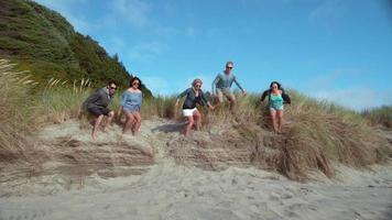 super slow motion skott av vänner som hoppar på stranden, skott med fantom flex 4k video