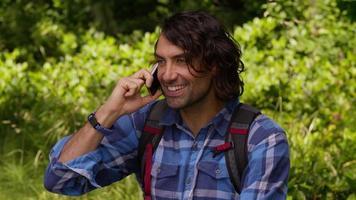 uomo che parla al cellulare durante l'escursione video
