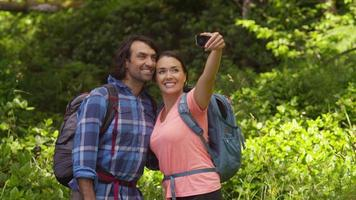 coppia che fa un'escursione e si fa selfie insieme video
