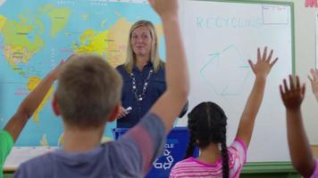 professor dando aula de reciclagem na sala de aula video