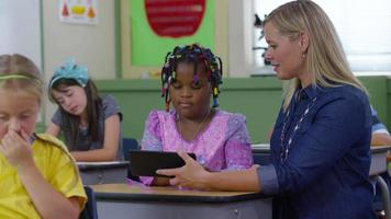 leraar en student gebruiken digitale tablet in schoolklas video