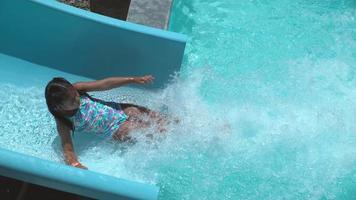 chica bajando por el tobogán de agua en cámara super lenta video