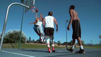 Disparo en cámara super lenta de amigos jugando baloncesto, filmado en phantom flex 4k video