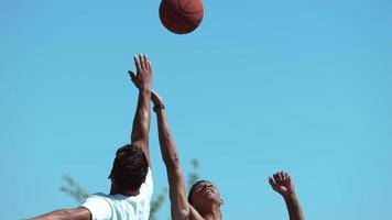 Disparo en cámara super lenta de punta de baloncesto, disparado en phantom flex 4k video