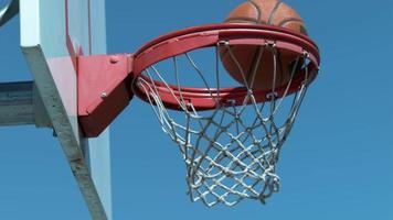 Disparo en cámara super lenta de baloncesto entrando en el aro, filmado en phantom flex 4k video
