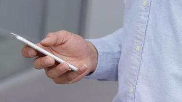 primo piano di un uomo d'affari che usa il cellulare video