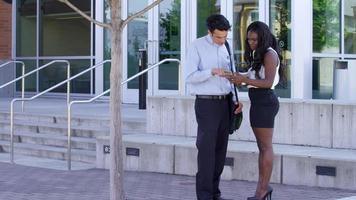uomo d'affari e donna d'affari che si incontrano e guardano il telefono insieme video