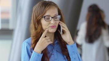 giovane imprenditrice parlando al cellulare cell video