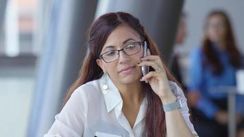 imprenditrice ispanica tramite telefono cellulare nella hall dell'ufficio video