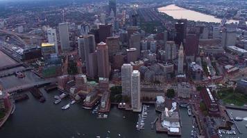 Luftaufnahme von Boston, Massachusetts in der Abenddämmerung video
