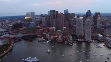Luftaufnahme der Innenstadt von Boston, Massachusetts in der Abenddämmerung video