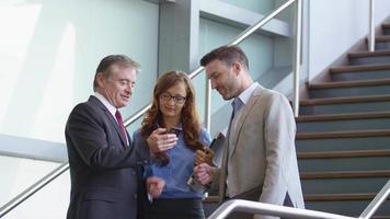 grupo de empresários olhando para o celular video
