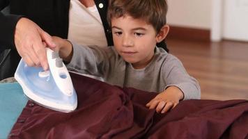 mamma och son stryker kläder tillsammans video