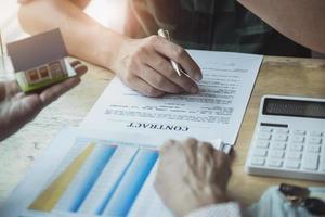 los agentes inmobiliarios discuten los préstamos y las tasas de interés foto