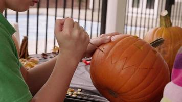 Kürbis mit Kürbis für Halloween schnitzen video