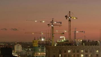 foto timelapse de guindastes de construção no centro de la video