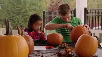 Kinder schnitzen Kürbisse für Halloween video