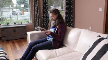 donna che usa la tavoletta digitale a casa video