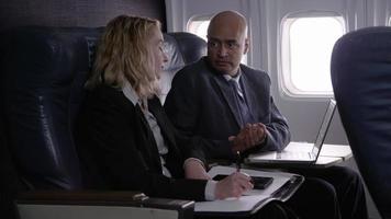 gens d'affaires travaillant sur un vol d'avion video