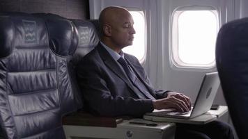 hombre de negocios, utilizar, computadora portátil, en, avión video
