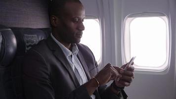 homme d'affaires utilisant un téléphone portable sur un vol d'avion video