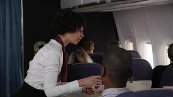hostess di aereo di linea che distribuisce bevande video