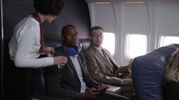 comissário de bordo distribui bebidas aos passageiros do avião video