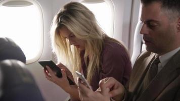 passeggeri su un volo di linea utilizzando la tecnologia mobile video