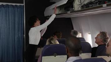 comissário falando com os passageiros prontos para decolar video