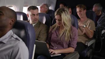 passeggeri su un volo di linea video