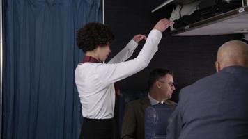 comissário ajuda os passageiros a embarcar no avião video