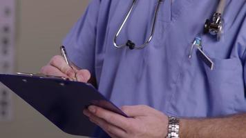 close-up de um enfermeiro escrevendo na prancheta video