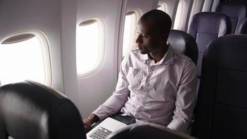 homem descansando em vôo de avião video