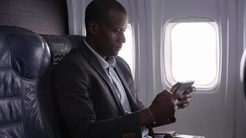 hombre de negocios, utilizar, tableta digital, en, avión video